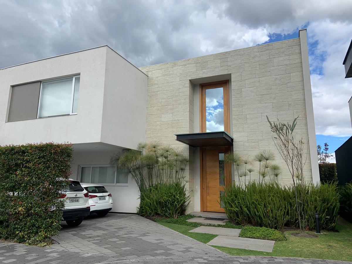 Foto Casa en Alquiler en  Cumbayá,  Quito  CUMBAYA-RENTA CASA MODERNA URB. CERRASA (CR)
