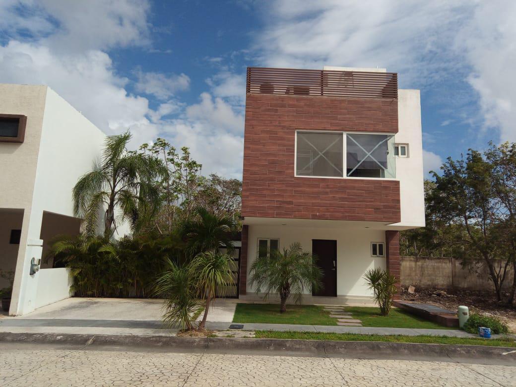 Foto Casa en Venta en  Solidaridad ,  Quintana Roo  Casa de 3 recámaras con terreno excedente, Playa Del Carmen