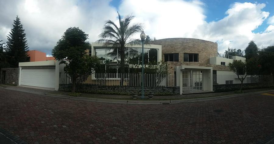 Foto Casa en Venta en  Cumbayá,  Quito  CUMBAYA/ EXCLUSIVA URBANIZACIÓN / 4 DORMITORIOS / JARDIN DE 600 M2