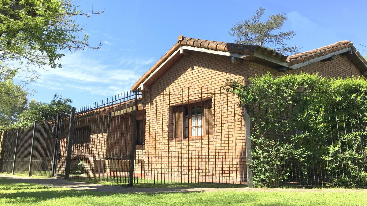 Foto Casa en Venta    en  City Bell,  La Plata  465 esquina 13C