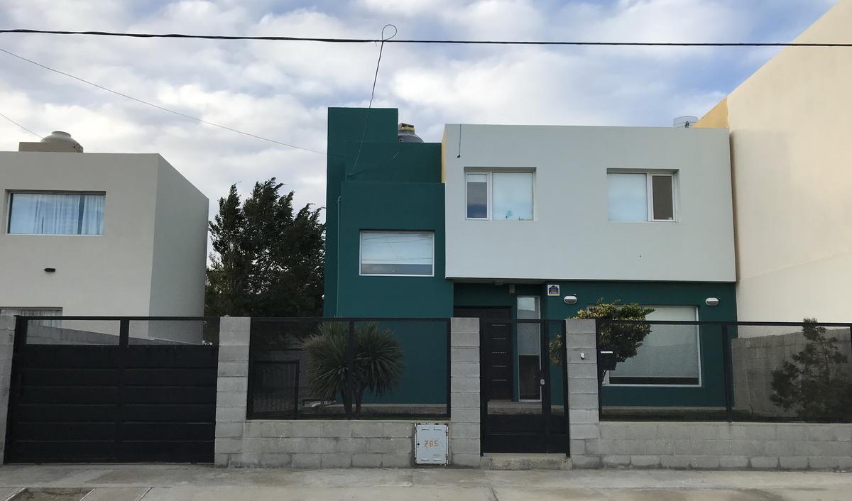 Foto Casa en Venta |  en  4 Avenida y resto,  Rada Tilly  Excelente casa en Rada Tilly de 4 dormitorios con quincho