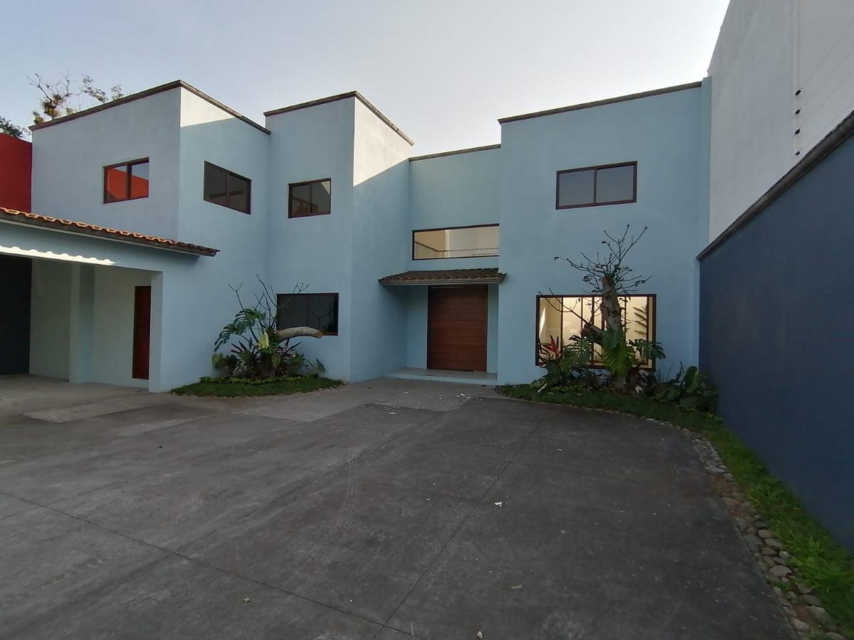 Foto Casa en Venta en  La Trinidad,  Coatepec  Casa en venta Residencial en Fraccionamiento La Trinidad Coatepec Veracruz.