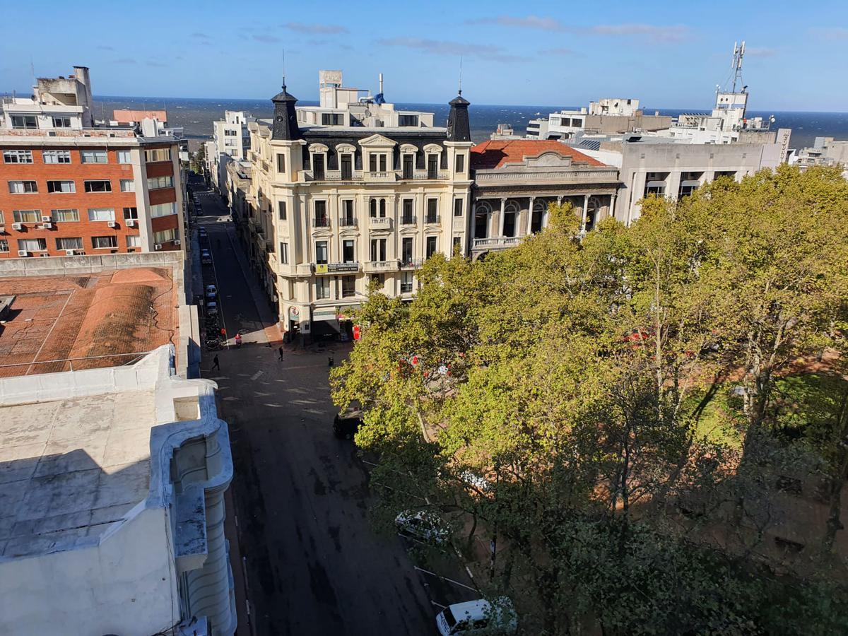 Foto Departamento en Venta en  Ciudad Vieja ,  Montevideo  Frente a plaza Matriz, gran vista, 115 m2 , reciclado !!