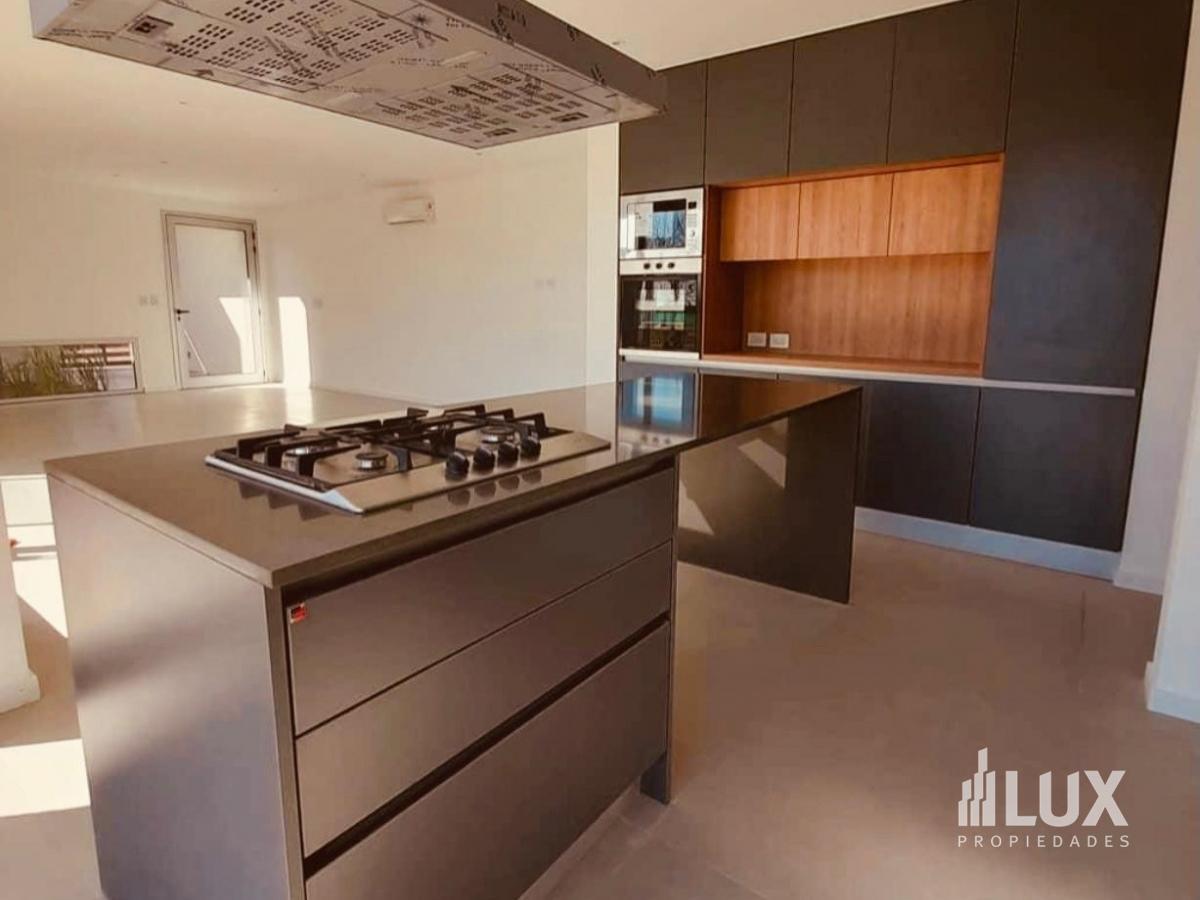 Venta casa 3 dormitorios 234 m2 1000m2 terreno piscina cocheras - La Rinconada