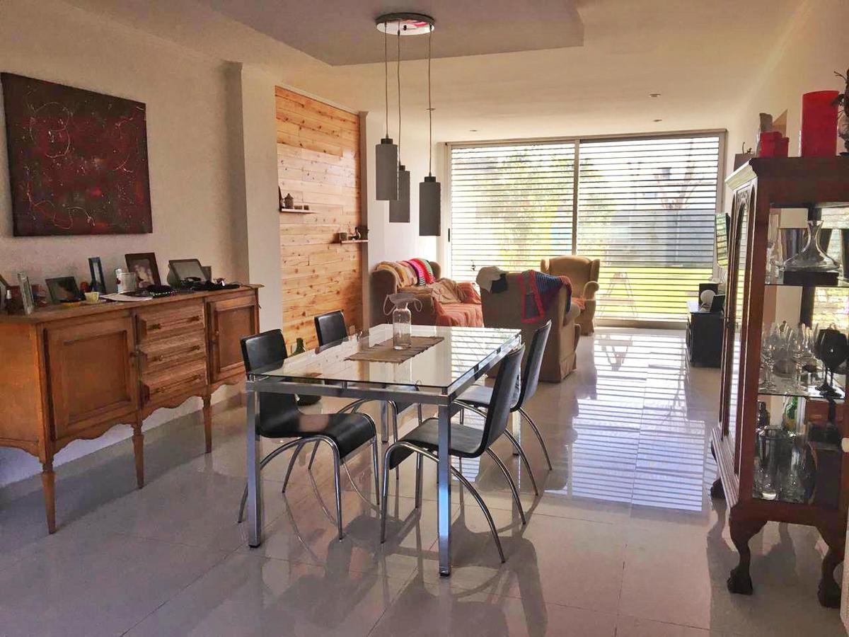 Foto Casa en Venta en  Manuel B Gonnet,  La Plata  Calle 494 e/ 5 y 6