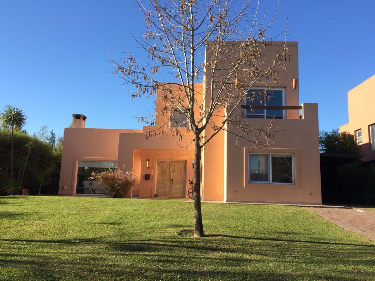 Foto Casa en Venta |  en  San Isidro Labrador,  Villanueva   Casa con pileta apto crédito . Ubicación central sobre cul de sac.