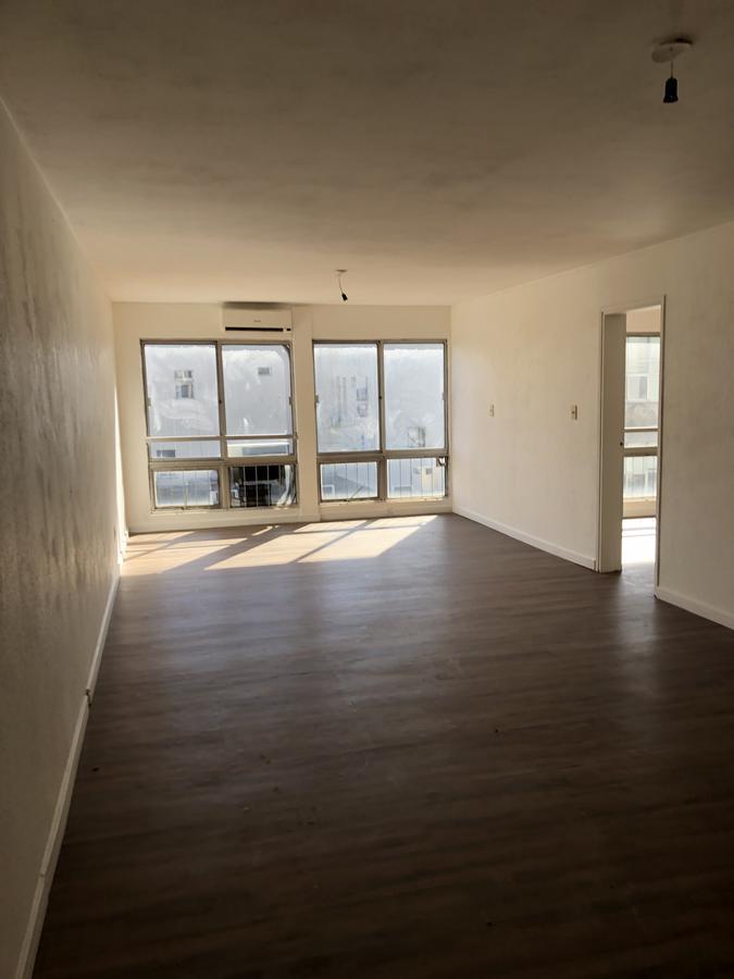 Foto Apartamento en Alquiler |  en  Ciudad Vieja ,  Montevideo  Calle Bs As - Oficina a metros de Plaza Independencia - 100 m2