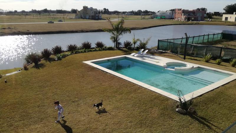 Foto Casa en Venta en  La Providencia,  Countries/B.Cerrado (Ezeiza)  Venta - Casa en La Providencia a la laguna