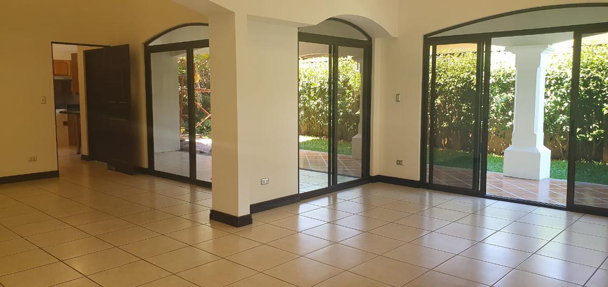 Foto Casa en condominio en Venta | Renta en  Pozos,  Santa Ana  1 Nivel/ Contemporánea/ Espaciosa/ 4 habitaciones/ Jardín/ Electrodomésticos