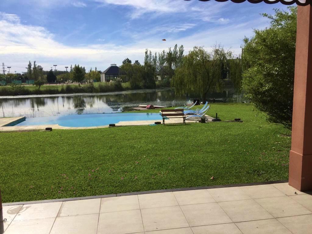 Foto Casa en Alquiler en  Nordelta,  Countries/B.Cerrado (Tigre)   Casa al lago central Castores.ALQUILER  5 amb mas dep. mas Playroom. 1500m2 de lote y 40mts de costa