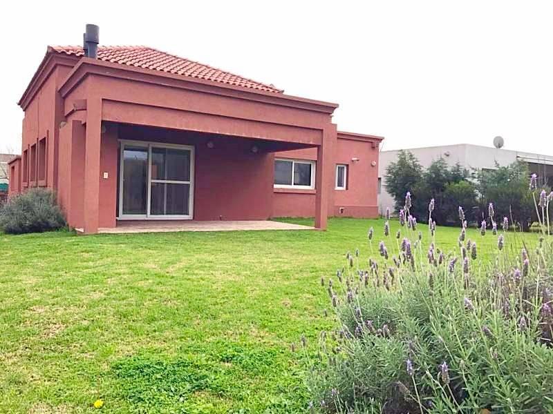 Foto Casa en Alquiler en  La Comarca,  Countries/B.Cerrado  Venta Casa . 4amb. Jardin, Galeria, amenities y seg 24hs