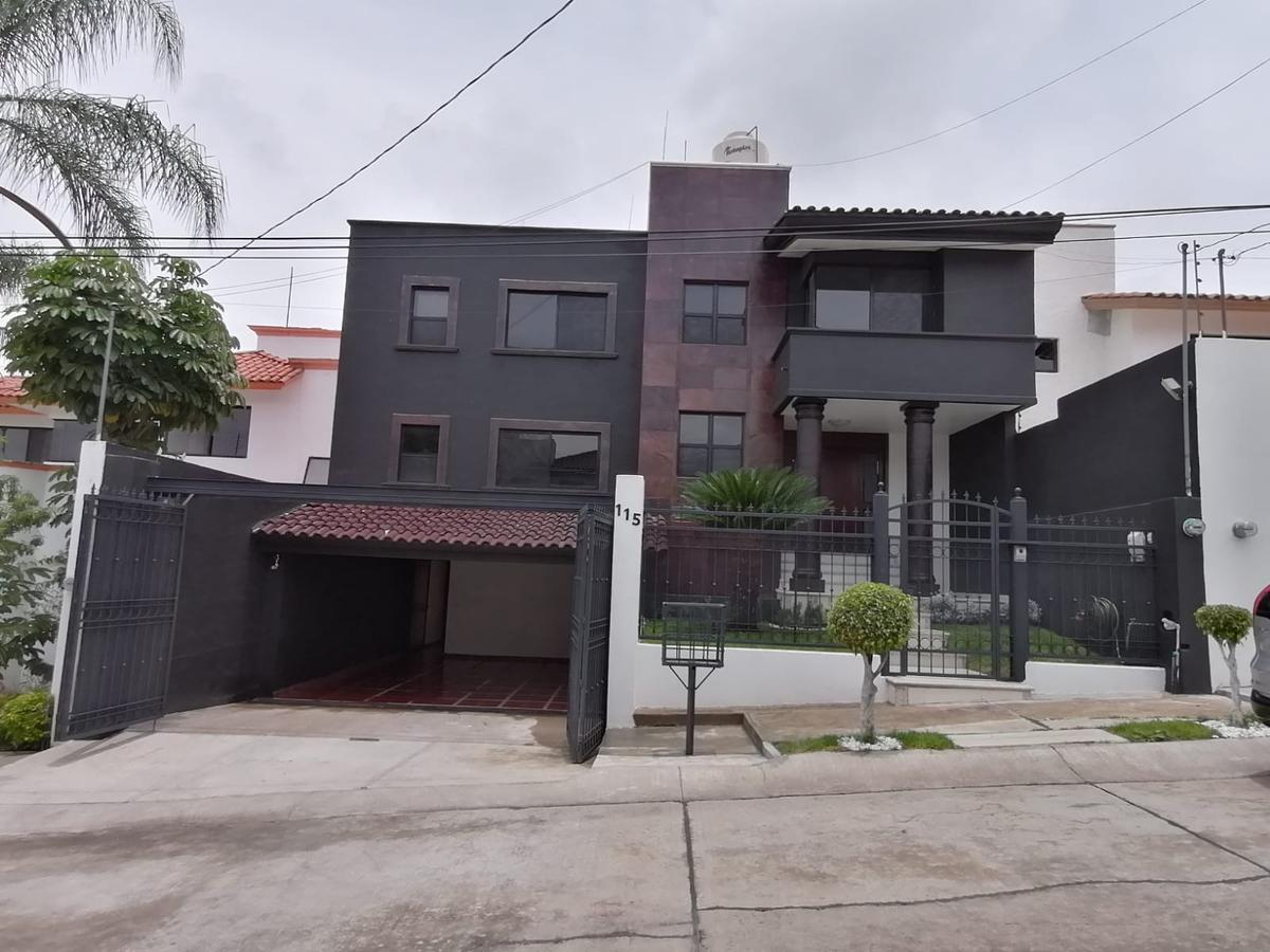 Foto Casa en Venta en  Villas del Campestre,  León  Residencia en VENTA en Villas del Campestre 4 recámaras, oficina, completamente remodelada, paneles solares , hermosa!!!