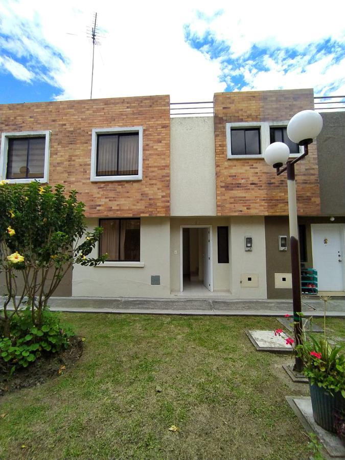 Foto Casa en Venta en  Conocoto,  Quito  Venta Hermosa casa en Conocoto - Conjunto Valle Grande