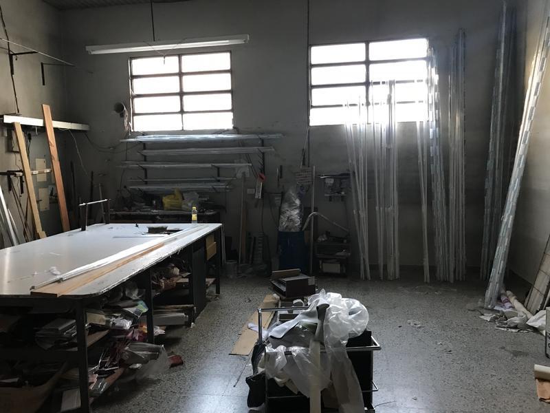 Foto Local en Alquiler en  Lomas de Zamora Oeste,  Lomas De Zamora  AV. MEEKS 220/222
