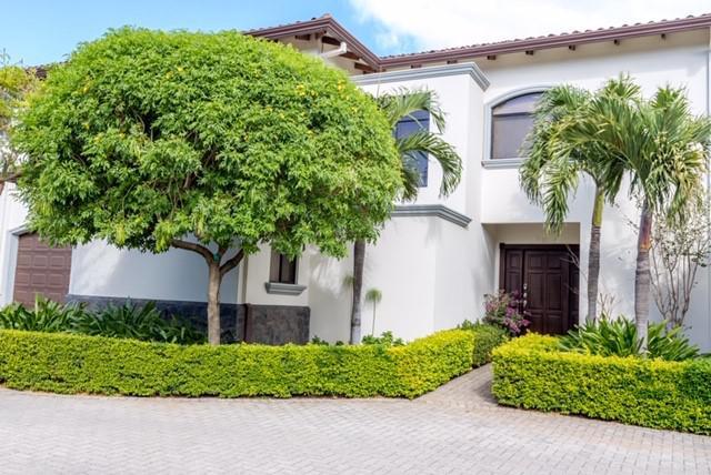 Foto Casa en condominio en Venta en  Santa Ana ,  San José  Acabados de Lujo / Buena Iluminación / Hermoso Jardin / Incluye IVA