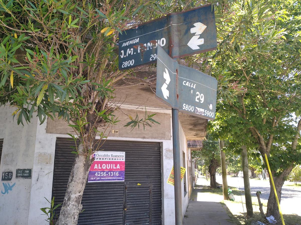 Foto Local en Alquiler en  Berazategui,  Berazategui  Juan Manuel Fangio esquina 29