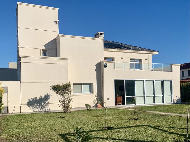 Foto Casa en Venta en  Siete Soles,  Cordoba Capital  Casa de 4 dormitorios en venta en Siete Soles, Barrio Verandas. Con pileta.