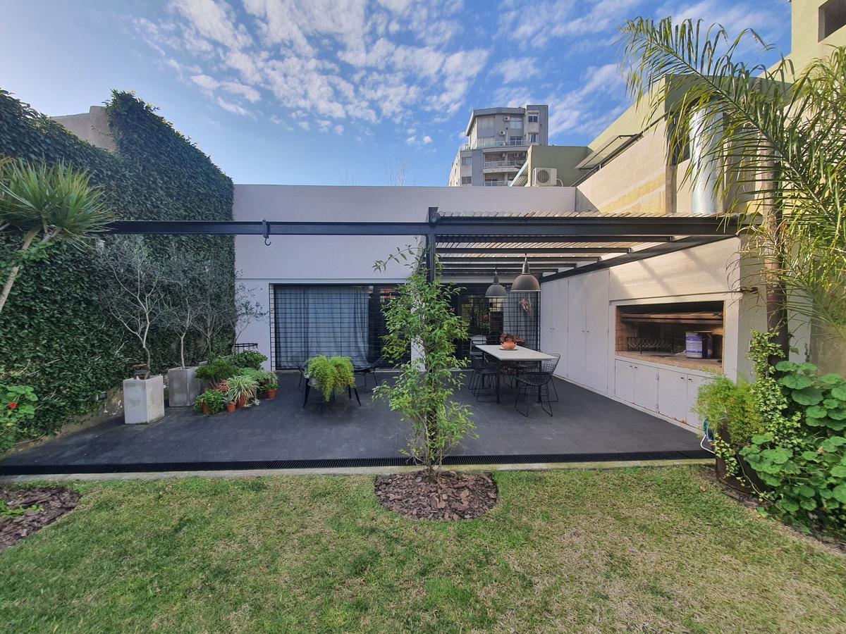 CASA MODERNA en venta en Av. Mitre, Campana centro, de gran estilo y diseño. Con patio verde, quincho y parrilla