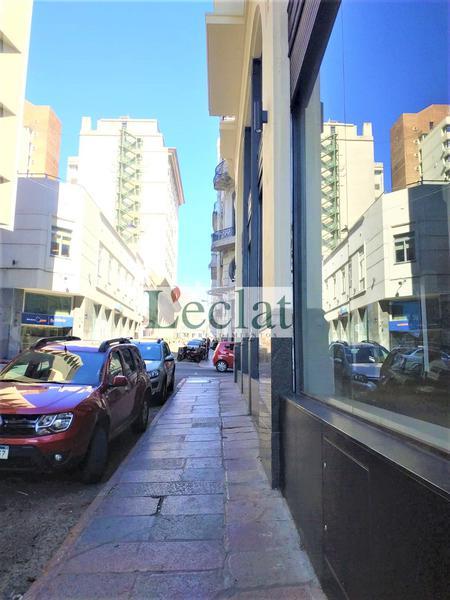 Foto Local en Alquiler en  Ciudad Vieja ,  Montevideo  Amplio Local Comercial 25 de Mayo e Ituzaingó