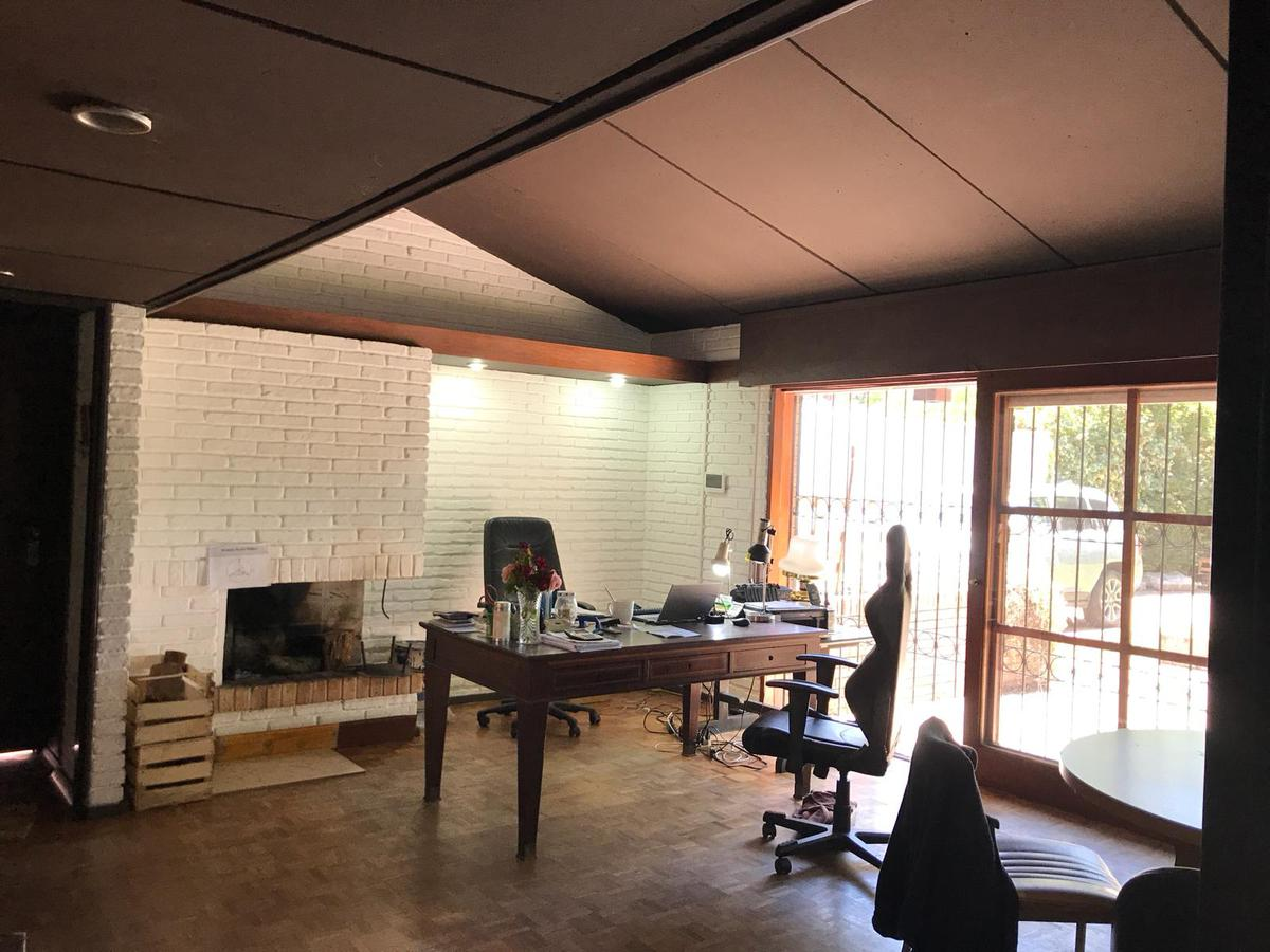 Foto Casa en Venta en  Carrasco ,  Montevideo  Solida construcción en una planta