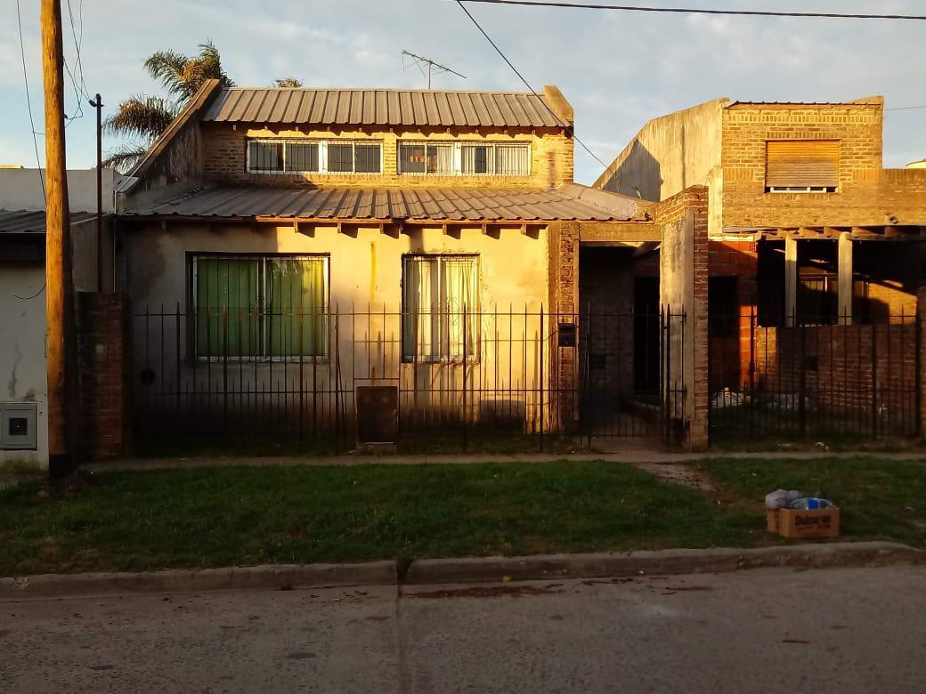 Foto Casa en Venta en  Los Hornos,  La Plata  141 e/ 50 y 52