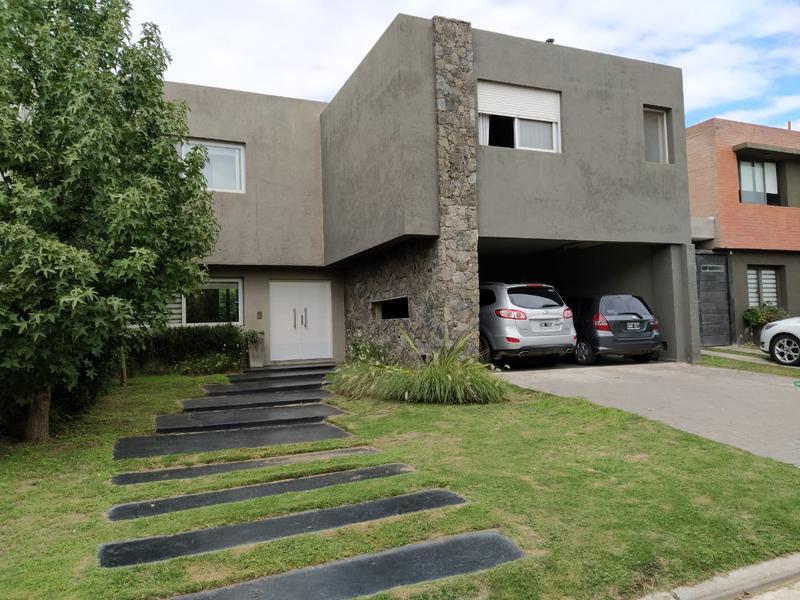 Foto Casa en Venta en  Altos de Manantiales,  Countries/B.Cerrado (Cordoba)  Altos de Manantiales - 4 Dormitorios!! Central !! Seguridad