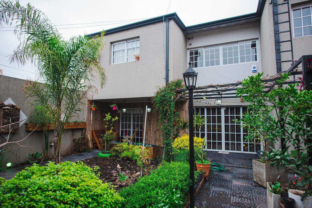Foto Casa en Venta en  Zona Sur,  La Plata  Casa con local comercial 22 e/ 81 y 81 bis