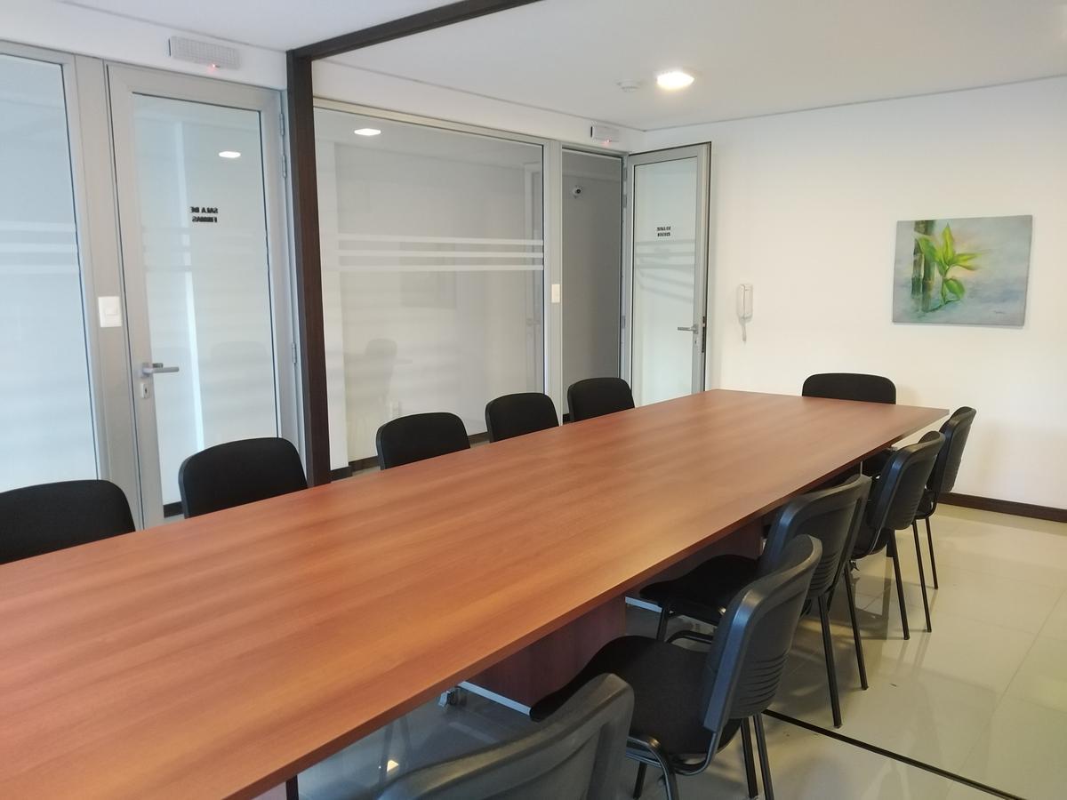 Foto Oficina en Alquiler en  Centro (Montevideo),  Montevideo  18 de Julio al 1800
