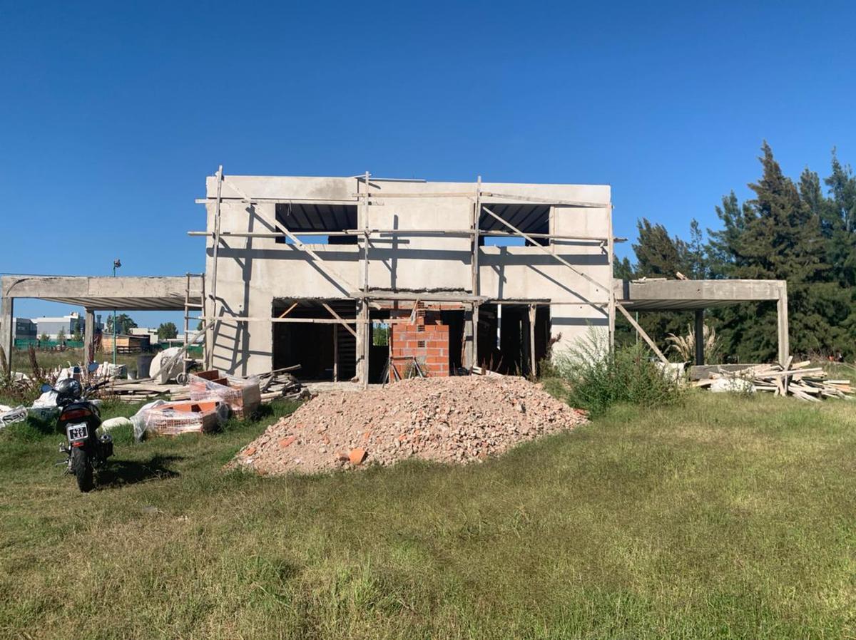 Foto Casa en Venta en  City Bell,  La Plata  al 400