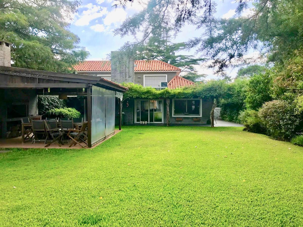 Foto Casa en Alquiler en  Carrasco Norte ,  Montevideo  Raúl Baetghen al 2300
