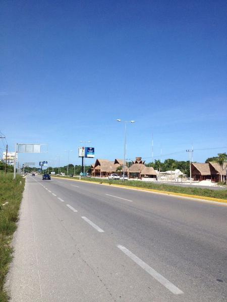 Foto Terreno en Venta en  Puerto Morelos,  Puerto Morelos  Terreno con frente de carretera Bahia Petempich