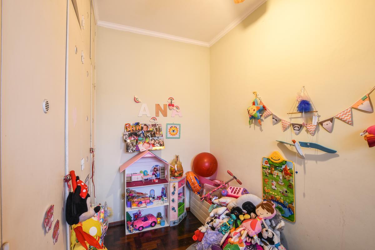 Casa de pasillo en venta de 4 dormitorios con parrillero y cochera - Centro