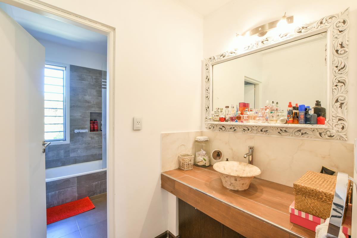Casa de 3 dormitorios en venta - con galeria y pileta - Hostal del Sol - Fisherton