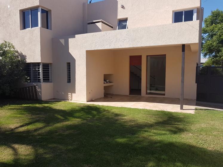 Foto Casa en Venta en  Cordoba Capital ,  Cordoba  Av. Valparaiso al 4500