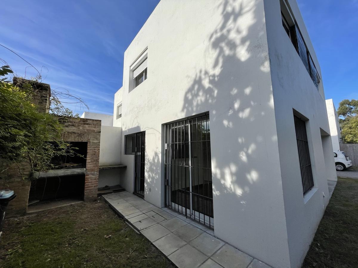 Foto Casa en Venta en  Carrasco Este ,  Canelones  3 dormitorios y jardín