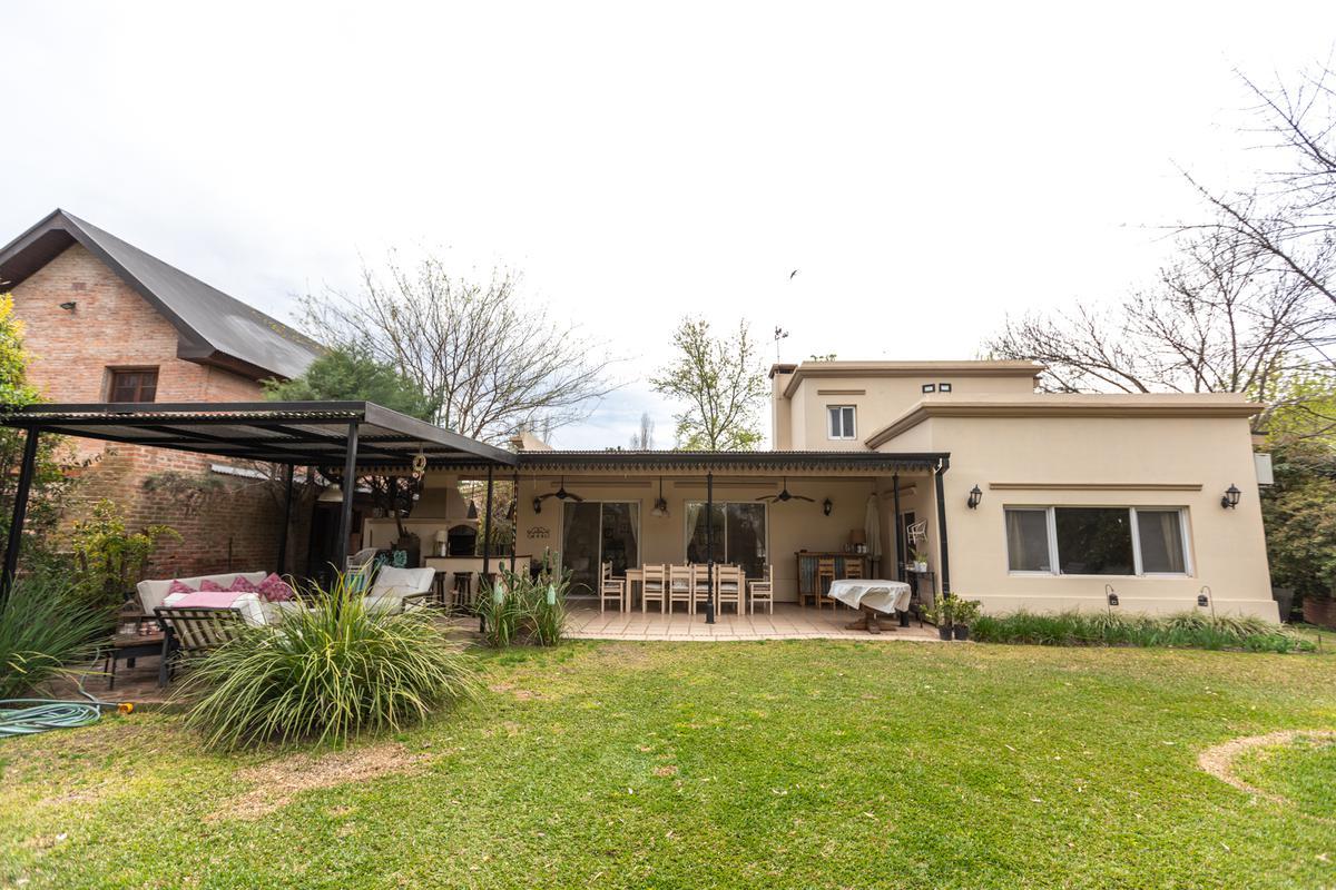 Foto Casa en Venta en  Los Berros,  Bella Vista  CASA DE 200M2 EN LOS BERROS 1 BELLA VISTA (LOTE DE 920M2)