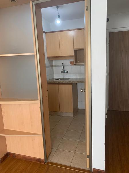 Foto Oficina en Alquiler en  Centro (Montevideo),  Montevideo  18 de Julio y Yaguaron Piso Alto - Oficina o Vivienda.