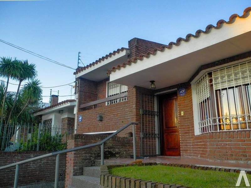 Foto Casa en Venta en  Malvín ,  Montevideo  Casa de  3 Dormitorios  En Venta, Buceo