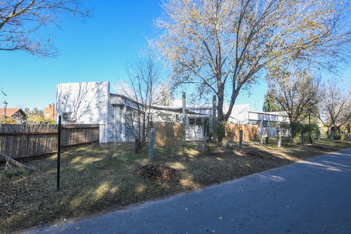 Casa de 3 dormitorios en venta con pileta en barrio cerrado Aldea Fisherton