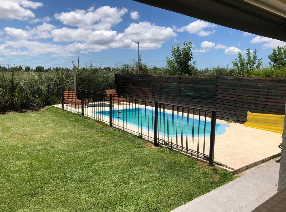 Foto Casa en Venta en  Tigre ,  G.B.A. Zona Norte  Excelente casa de tres dormitorios, jardín y pileta en Casas de Santa María, Villa Nueva, Tigre.