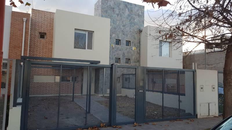 Foto Casa en Venta en  Cipolletti,  General Roca  LAS VIÑAS.  JUANA INES DE LA CRUZ al 1000