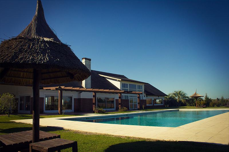 Foto Casa en Venta en   Colinas de Carrasco,  Countries/B.Cerrado  Frente al lago, preciosa casa en barrio privado