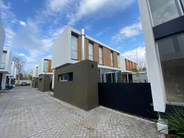 Foto Casa en Venta en  City Bell,  La Plata  462 13c y 14