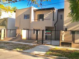 Foto Casa en Venta en  Adrogue,  Almirante Brown  Duplex a estrenar Ramirez 1500