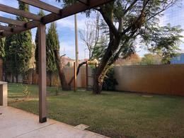 Foto Casa en Venta en  Carrasco ,  Montevideo  Casa en propiedad horizontal, 3 dormitorios, jardín, parrillero y pisina