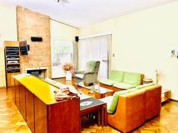 Foto Casa en Venta en  Carrasco ,  Montevideo  Casa de 2 dormitorios, gran jardín con parrillero