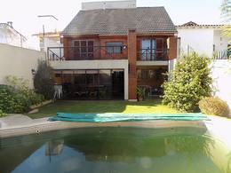 Foto Casa en Venta en  B.Ayerza,  Castelar  Venta - Hermoso Chalet en Castelar, construído en tres Plantas, 6 ambientes. Excelente ubicación. Digna de ver.