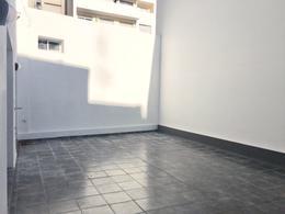 Foto Departamento en Venta en  Pocitos ,  Montevideo  Apartamento de 2 dormitorios con patio y terraza al frente, garaje