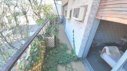 Foto Casa en Venta en  Flores ,  Capital Federal  Zuviría 2200 *  Casa / coch./bcon./ baulera. ( 90 m2. aprox.) con patio y terraza (  100m2. aprox.  ) Galpón  ( 160 m2.)  aprox. SUP. TERRENO 189M2.