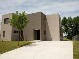 Foto Casa en Venta en  San Rafael,  Villanueva  San Rafael Casa 5 amb. a la laguna . Lote al 100